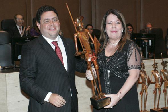 Dr. Felipe Santa Cruz, presidente da OAB/RJ, entregando o troféu Dom Quixote para a Dra. Kátia Junqueira, diretora jurídica da Gasnatural Fenosa Brasil