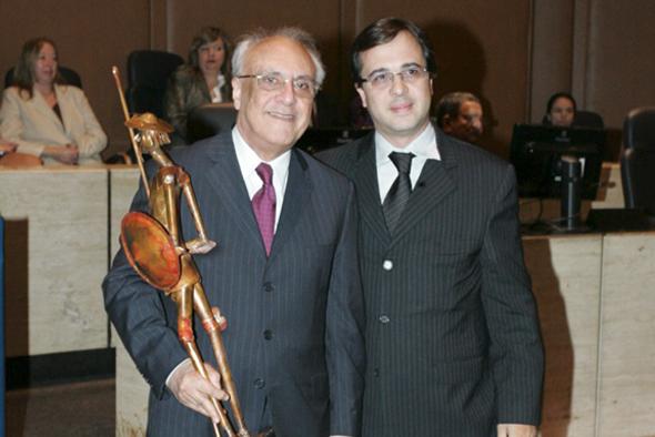 Dr. Fernando José Barbosa de Oliveira, advogado, recebendo o troféu Dom Quixote do Dr. Fabiano Dias Curvelo de Oliveira, seu filho