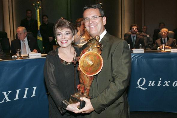 Sra. Maria Teresa de Mello Tavares entregando o troféu Sancho Pança ao seu filho, o Desembargador Cláudio de Mello Tavares, do TJRJ