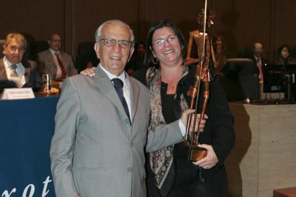 Desembargador Miguel Pachá, presidente do TJRJ no biênio 2003/2004, entregando o troféu Dom Quixote à sua filha, a juíza de Direito Andrea Pachá, coordenadora de comunicação social da Amaerj