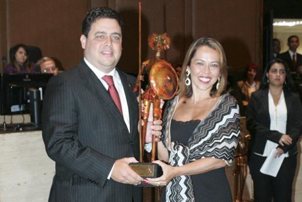 Dr. Felipe Santa Cruz, presidente da OAB/RJ, recebendo o troféu Dom Quixote das mãos de sua esposa, Dra. Daniela Gusmão, reitora da Universidade Castelo Branco
