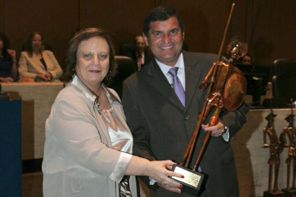 Desembargadora Leila Mariano, presidente do TJRJ, entregando o troféu Dom Quixote ao prefeito da cidade de Itaboraí, Sr. Helil Cardoso