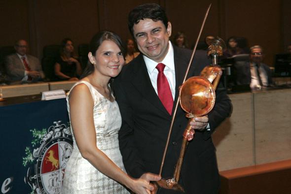 Sr. Júlio Antonio Lopes, professor da Escola Superior da Magistratura do Amazonas, recebendo o troféu Dom Quixote das mãos da Sra. Jozélia Lopes, sua esposa